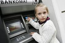 V minulých dnech figuranti Deníku testovali prodejny, zda je možné platit cizí kartou. Ne bez úspěchu. Zatímco bankovní automat (na ilustračním snímku) osobu toho, kdo nakládá s kartou příliš nezkoumá, měli by pokladní věnovat platícímu větší pozornost.