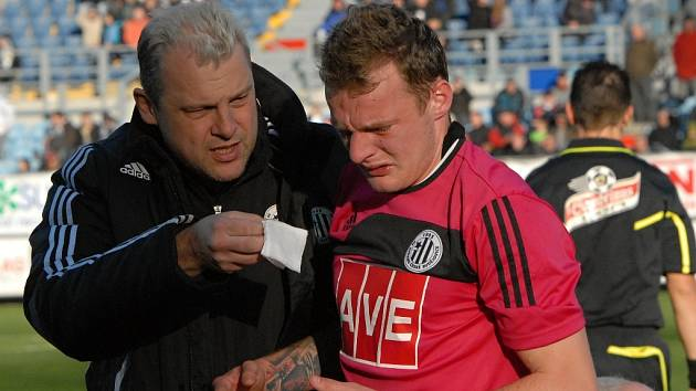 Jakub Řezníček bude proti Mladé Boleslavi dnes chybět (na snímku je s klubovým lékařem dr. Martinem Scheichlem).
