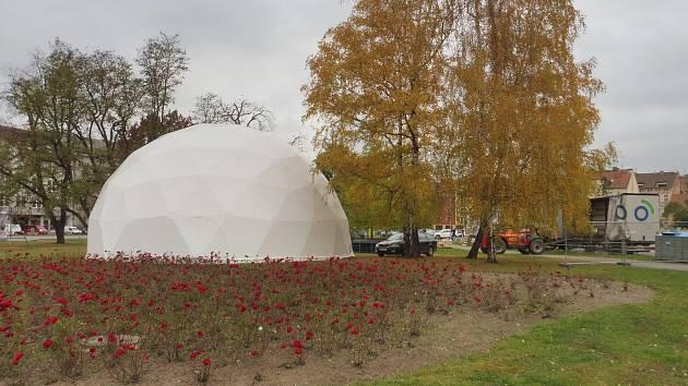 Dočasný divadelní areál Bouda se začal 7.  listopadu stavět na Mariánském náměstí.