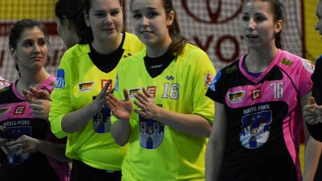 ELIŠKY  Brožová a Šíbrová (zleva), brankářky píseckého týmu , si vysloužily od trenéra Slavíka za poslední výkony v interlize slova uznání. Vpravo je Nikola Palasová.