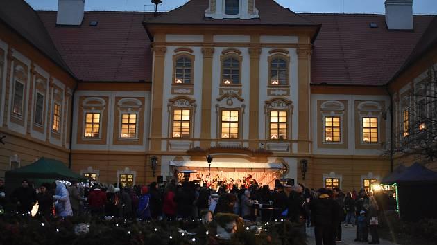 Lidé se sešli u rozsvícení vánočního stromečku a prožili tak v Borovanech příjemnou atmosféru adventního času.