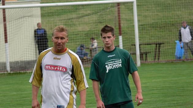 Na zápas proti bývalým ligovým hvězdám se těšil i mladý stoper Jankova Jakub Kursa (vpravo), jenž byl Sieglovi často nablízku.