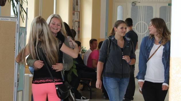 Studenti přišli po letních prázdninách poprvé do školy. První okamžiky nového školního roku trávili v družných hovorech na chodbách.