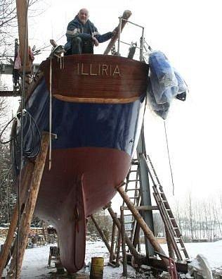 Sedm let soused renovuje jachtu.