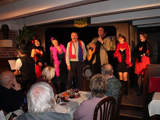Hra Kde líbají Múzy, kterou premiéroval Kabaret UVáňů začátkem prosince, nabízí chytlavé písničky, vtipné repliky a vynalézavé básnické zkratky.