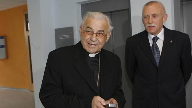 Kardinál Miloslav Vlk přijal  v pondělí  pozvání jihočeského hejtmana Jana Zahradníka a přišel na krajský úřad.