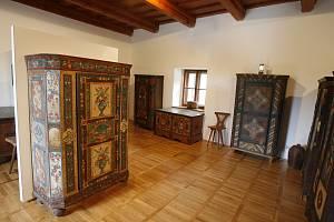 Na tvrzi Žumberk uvidíte mimo jiné malovaný nábytek.