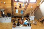 V Muzeu zemědělské techniky v Netěchovicích u Týna nad Vltavou mají máselnice, tkalcovský stav, dobový nábytek, nádobí, předměty denní potřeby, historické vozy, oje, oračky, staré traktory a originální agrohopsárium.
