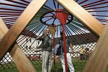 Stavbou mongolské jurty přímo na hradním nádvoří pokračoval 10. července festival world music Novohradské znění.