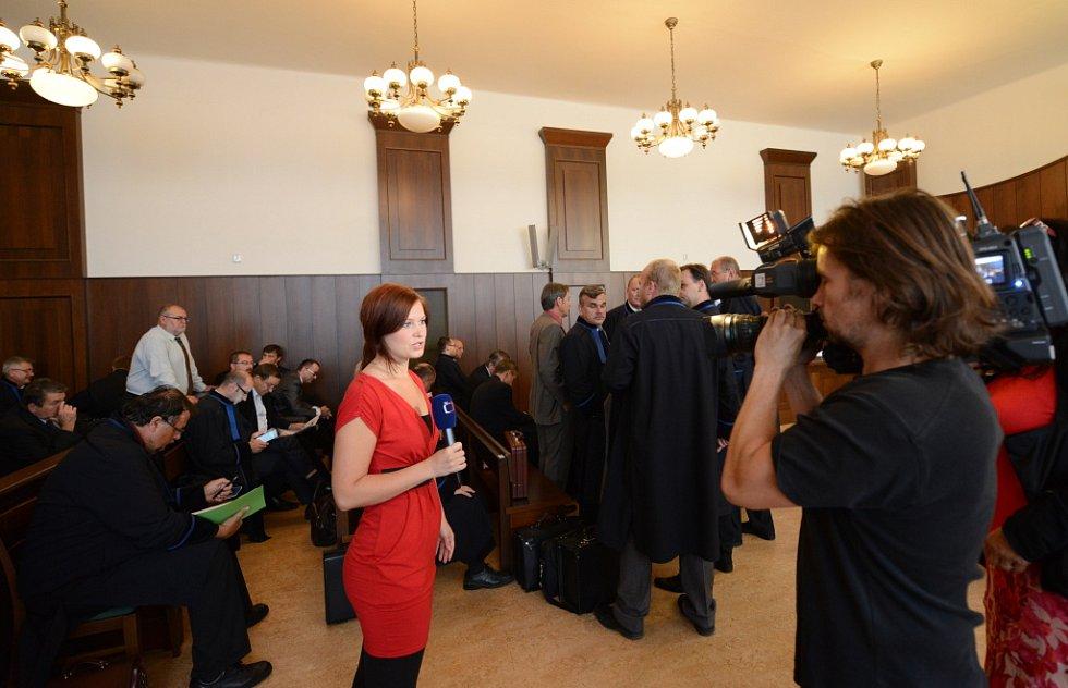 Senát Krajského soudu v Českých Budějovicích začal dnes řešit v mnoha ohledech výjimečný případ. Z manipulování s armádními zakázkami je obžalováno 52 lidí. Podle protikorupční policie ovlivnili nejméně 30 zadávacích řízení za 300 milionů korun. Podle st