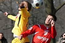 Martin Tischler (vpravo) ve vzdušném souboji se svým bývalým spoluhráčem z Dynama Michalem Kaňákem.