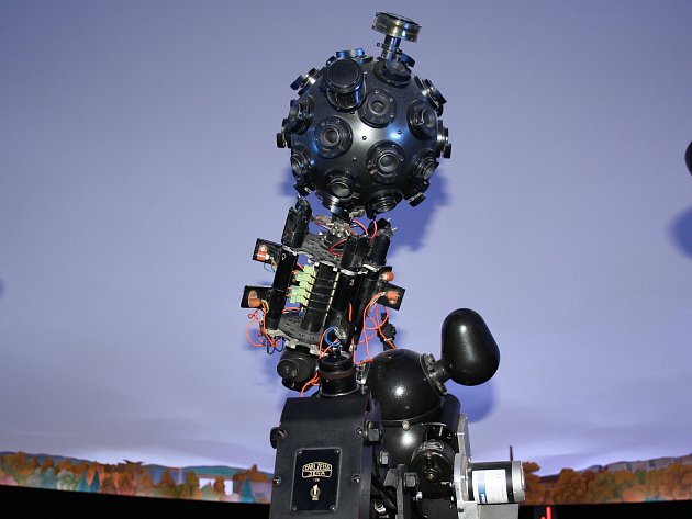 Optometrický přístroj z roku 1961 nahradí v českobudějovickém planetárium nové digitální zařízení. Starou technologii si můžete užít ještě do konce července, než začne digitalizace a rekonstrukce.