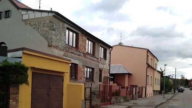 Dům v českobudějovické ulici H. Malířové, kde se násilný čin podle sousedů v úterý pozdě večer stal.