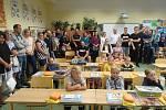 Celkem 34 prvňáčků přivítali v 1.A a 1.B v ZŠ a MŠ Ševětín. Slavnostní uvítání se konalo za účasti třídní učitelky, ředitelky školy i starostky obce. Děti také ke vstupu do školy dostaly od obce řadu užitečných dárků.