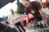 David Matějíček a Petr Smutný z českobudějovického Café baru Slavie odvážejí otevřené lahve do sběrného dvora.