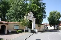 Vstup do areálu římovského kostela svatého Ducha. Obnově poutního místa pomůže dotace přes 90 milionů korun.