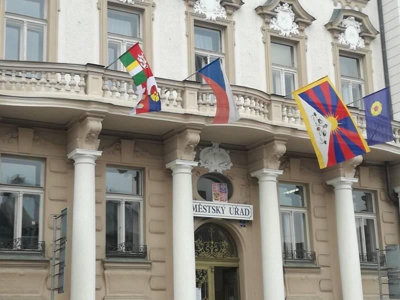 Vlajky pro Tibet zavlály i v jižních Čechách. Na snímku radnice Jindřichův Hradec. Foto: MěÚ J. Hradec