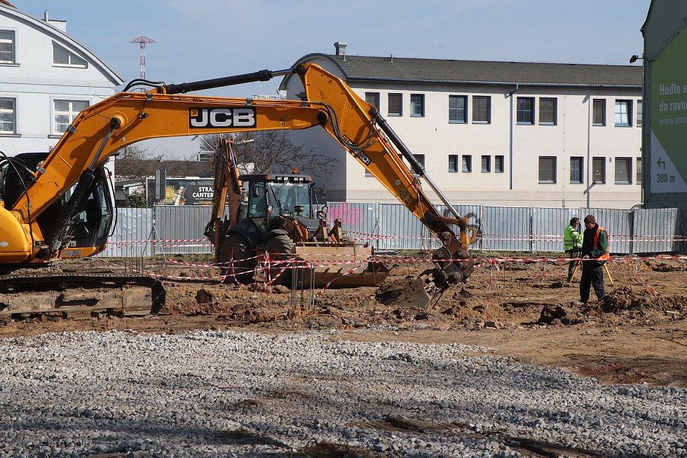 Výstavba Lidlu na Rudolfovské plným tempem pokračují zemní práce tak aby se stihlo otevření obchodního domu v září letošního roku