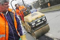 Každoročním jarním evergreenem je zasypávání výtluků, které se v zimě vytvoří na silnicích.  V Českých Budějovicích bývají nejvíce poškozené ulice Na Sadech, Rudolfovská, Pražská, Husova, A. Barcala nebo J. Opletala.