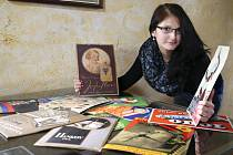 Přes 250 starých originálních reklamních plakátů, letáků, účtenek a návrhů reklamních štítů z období mezi dvěma válkami mohou vidět lidé při výstavě ve Špejcharu Želeč na Táborsku. Výstava potrvá do konce srpna.