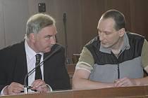 Marek Neubauer (vpravo) s obhájcem Františkem Pohankou.