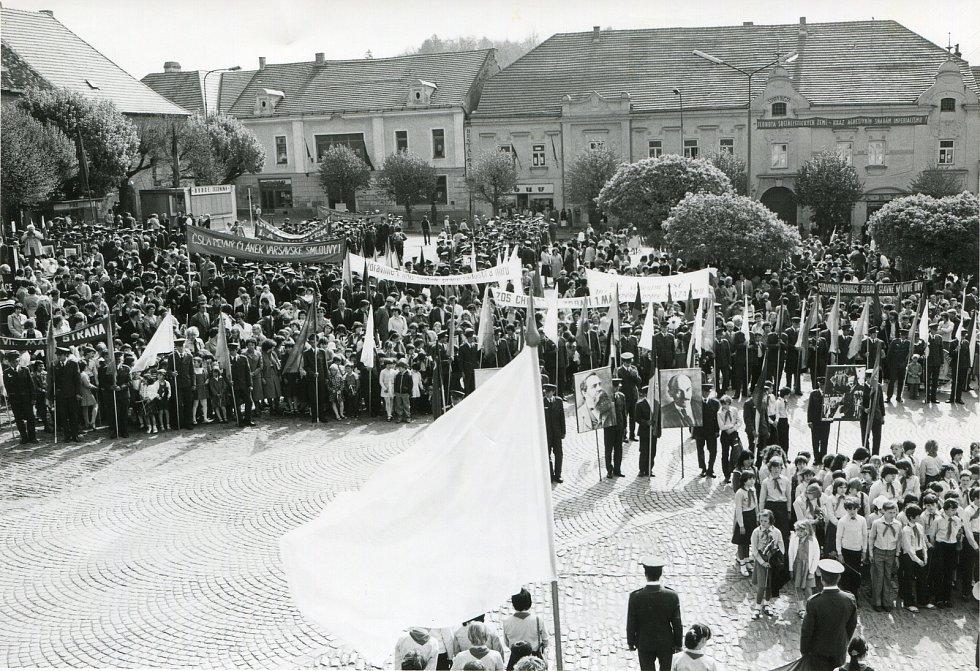1. máj 1983. Lidé seřazeni před tribunou na vltavotýnském náměstí.