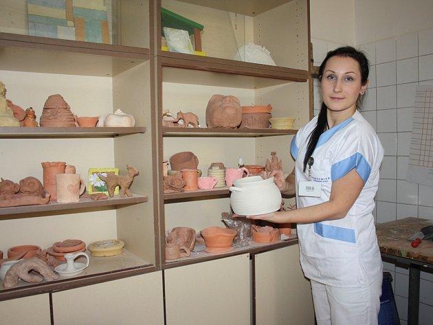 Součástí léčby na psychiatrii je i arteterapie. Díla pacientu ukazuje terapeutka Markéta Míková.