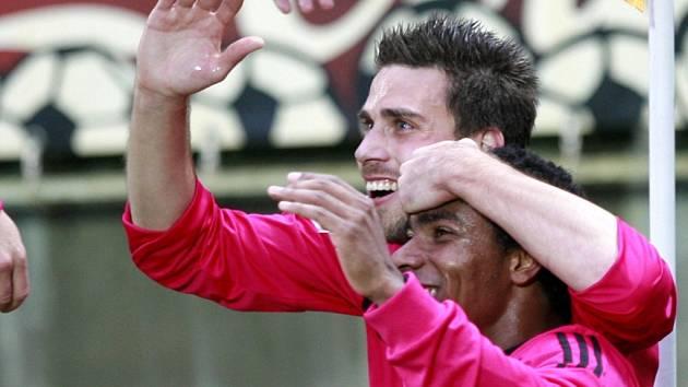 Brazilec Sandro se spolu s Michalem Klesou při utkání s Duklou Praha radují z druhé branky, která padla díky jejich vzájemné spolupráci.