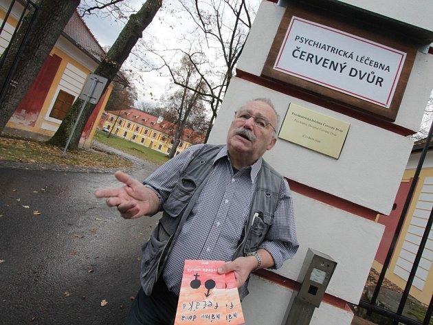 MÁME DOMA FEŤÁKA. Tak se jmenuje kniha arteterapeuta Bedřicha Čermáka (na snímku) z Psychiatrické léčebny Červený Dvůr. Zařízení na léčbu závislostí na návykových látkách a patologického hráčství bylo založeno roku 1966.