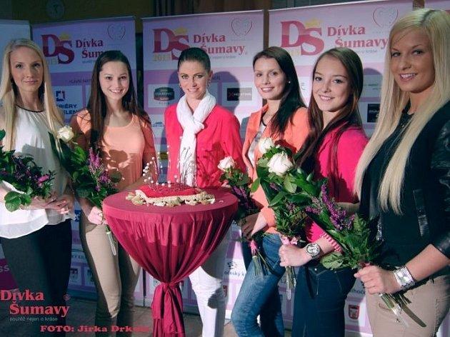 Finalistky Dívky Šumavy (zleva): Petra Holíková, Vendula Neumanová, organizátorka soutěže Pavlína Němečková, Andrea Davidová, Barbora Povišerová a Michaela Šmejkalová.