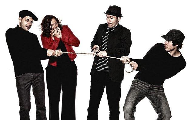 Beat folková skupina Epy de Mye pokřtí 3. prosince své druhé album Maso! v Týně nad Vltavou. Zleva Jan Přeslička, Lucie Cíchová, Dušan Vainer a Mirek Vlasák.