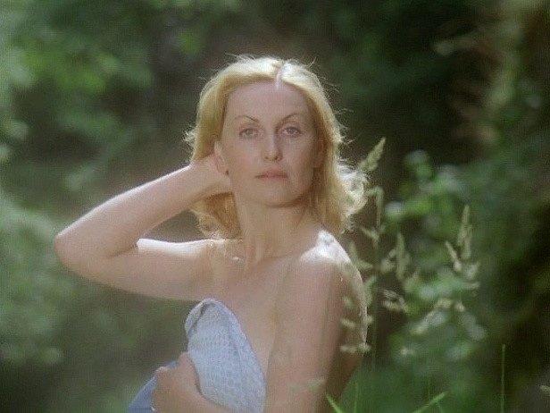 Záběr z filmu Zlatí úhoři. Eliška Balzerová v koupací scéně, která vznikala v tůni u Bechyně.