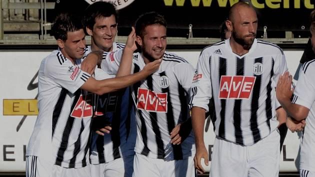 Michal Rakovan přijímá od svých spoluhráčů gratulace ke své výstavní trefě.