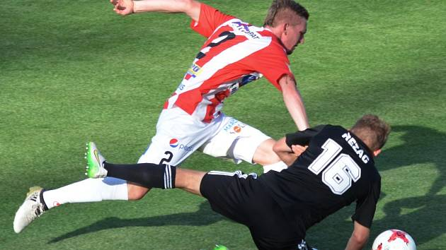 Po faulu Petra Kodeše na Michala Řezáče srovnal Jiří Kladrubský z penalty na 1:1.