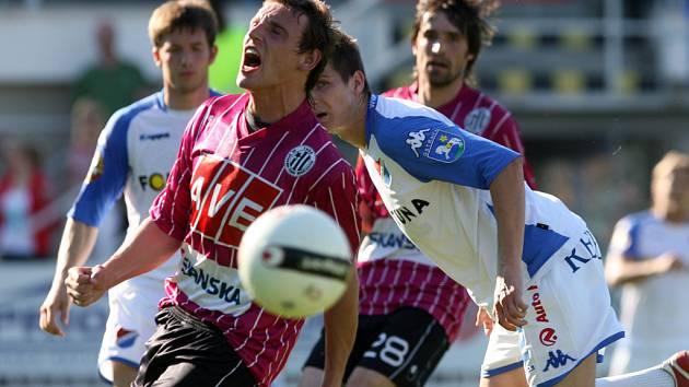 S takovou vervou jako na snímku Petr Šíma, bojovali v lize s Baníkem všichni hráči Dynama.