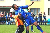 Třeboňský Jan Pintér (vpravo) soi pořádně vyskočil na hostujícího Beža. Třeboň v divizi porazila Hořovicko 2:0.