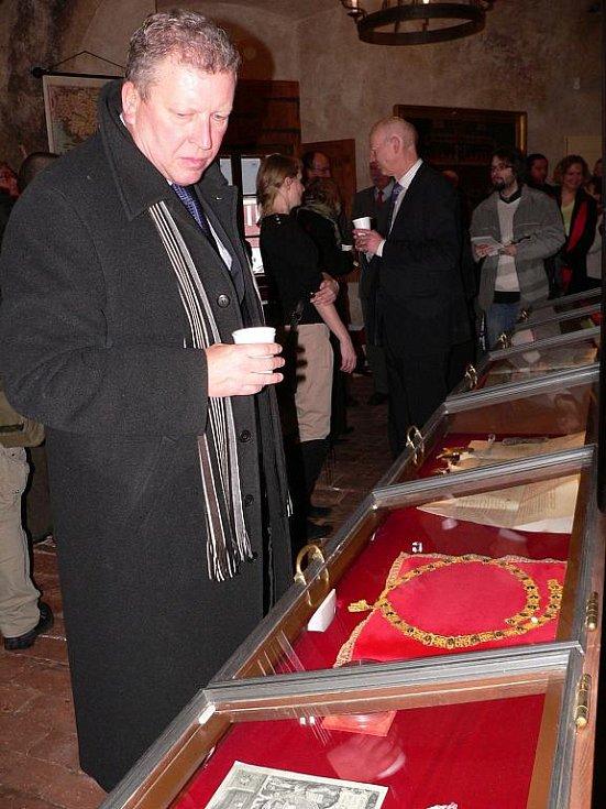 Relikviář sv. Reparáta, sbírku schwarzenberské gardy, perskou zbroj i historický kinematograf mohou od pondělí obdivovat návštěvníci nového Hradního muzea v Českém Krumlově. V pondělí si ho přijel prohlédnout i ministr kultury Jiří Besser.