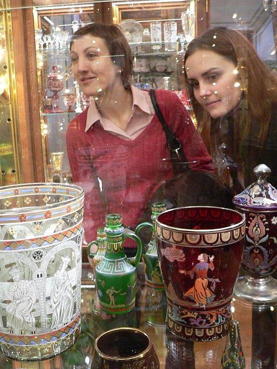 Relikviář sv. Reparáta, sbírku schwarzenberské gardy, perskou zbroj i historický kinematograf mohou od pondělí obdivovat návštěvníci nového Hradního muzea v Českém Krumlově. Památkáři tak chtějí do města nalákat turisty i mimo hlavní sezonu.