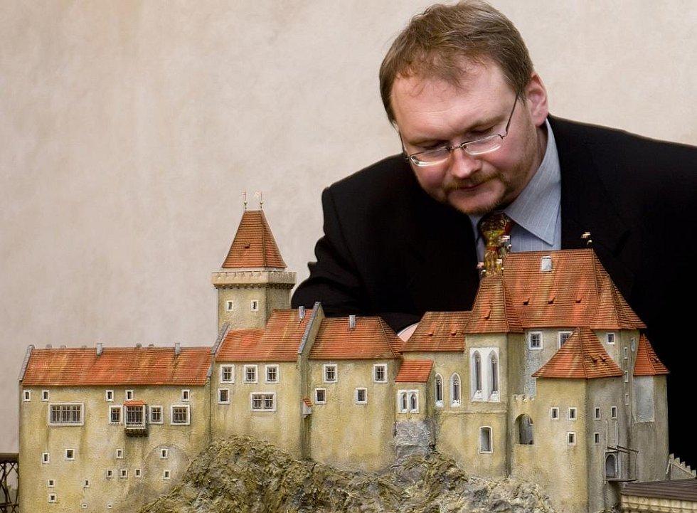 Relikviář sv. Reparáta, sbírku schwarzenberské gardy, perskou zbroj i kinematograf mohou od pondělí obdivovat návštěvníci nového Hradního muzea v Českém Krumlově. Na snímku Jiří Krampera, autor modelu hradu, který zachycuje jeho podobu ze 16. století.