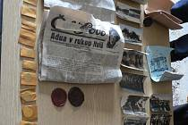 Mince, pohlednice nebo noviny z roku 1935, nalezené v báni radnice při rekonstrukci, budou součástí nové muzejní expozice v Rudolfově.