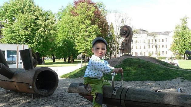 Hřiště na Sokolském ostrově v Českých Budějovicích se líbí i dvouletému Vojtovi, kterého jsme zastihli na houpačce.
