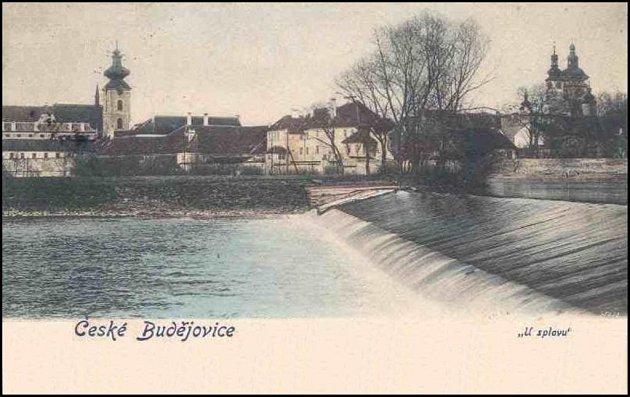 Pevný jez na Vltavě uvalchy byl přepadový jez odvádějící přebytečnou vodu zVltavy. Jez přepažoval tok Vltavy mezi Sokolským ostrovem a Dlouhou loukou (valchou). Termín Usplavu, jak je uveden na pohlednici, zanikl srozebráním jezu před rokem 1930.
