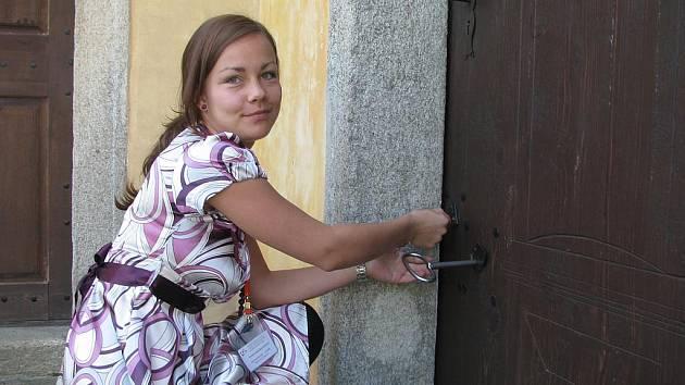 Předtím, než do zámku vejdou první návštěvníci, je třeba všechny místnosti projít. Odemykání je někdy pěkný oříšek. Na snímku otevírá průvodkyně Kristýna Žůrková kapli na Kratochvíli. K tomu potřebuje čtyři klíče a pořádnou dávku šikovnosti.