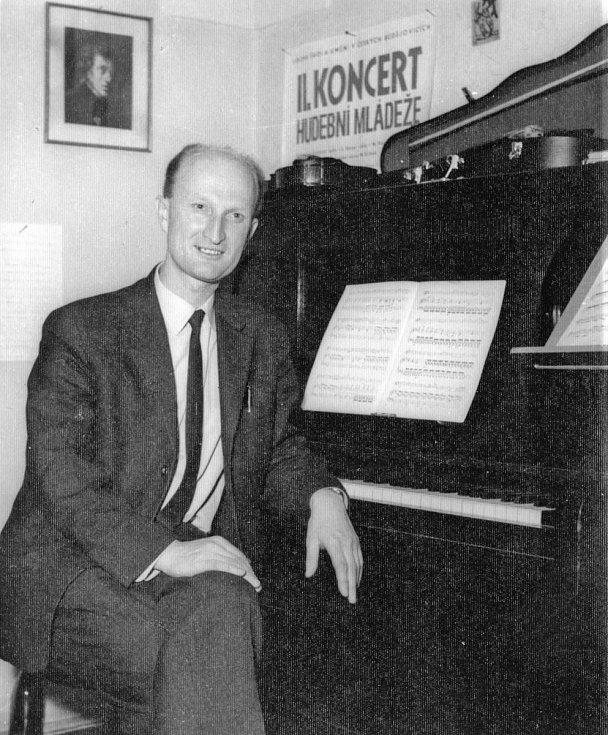 Ladislav Havel, jihočeská legenda, která naučila hrát na housle stovky žáků včetně Pavla Šporcla, slavil 22. května 2015 své 90. narozeniny. Na snímku v LŠU, rok 1967.