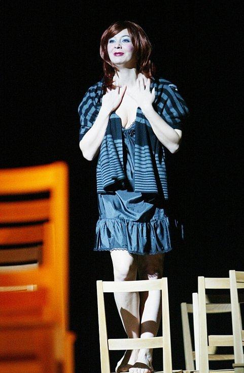 Herečka Lenka Krčková jako Dana v komedii Utěšitel, Jihočeské divadlo, 2011.