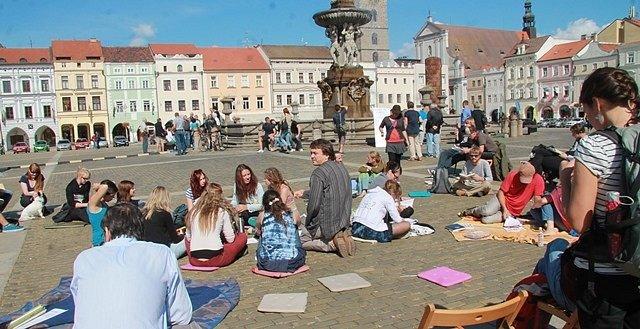 Akce Knihování na českobudějovickém náměstí.