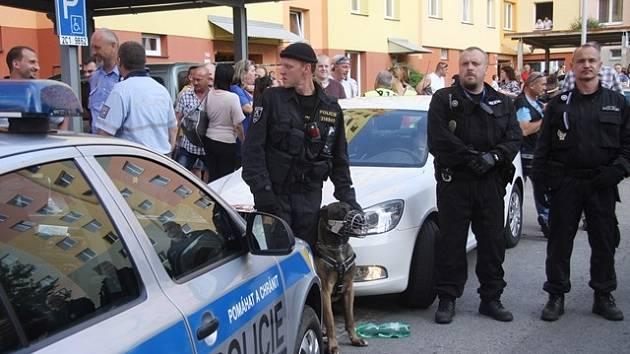 Policie při demonstracích na sídlišti Máj.