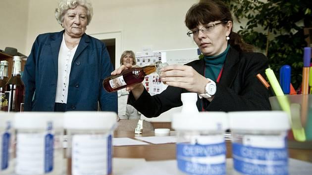 Ilustrační foto. Kontrola alkoholu na pražské Vysoké škole chemicko-technologické (VŠCHT)