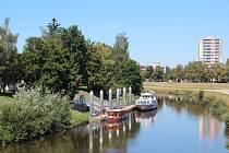 Lannova loděnice s šedesátimetrovým přístavním molem dostane 255 m dlouhého bratříčka na protějším břehu řeky. Tady, aspoň prozatím, vltavská vodní cesta končí.