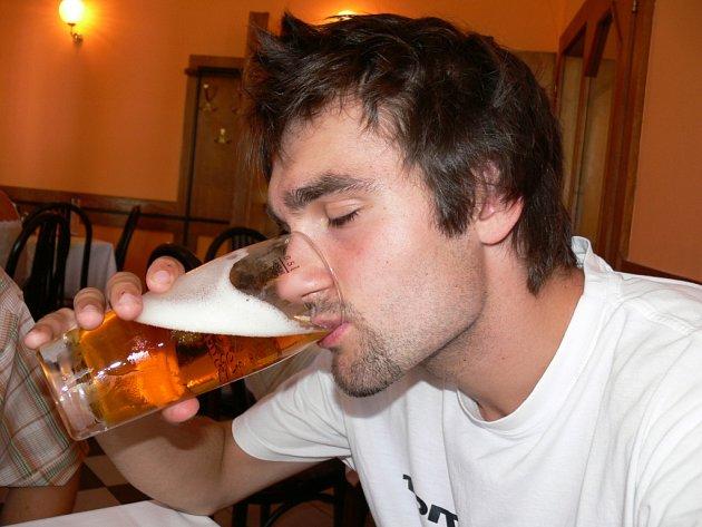 Někteří mladíci tráví volný čas popíjením. Posilněni alkoholem se pak často stávají pachateli deliktů.